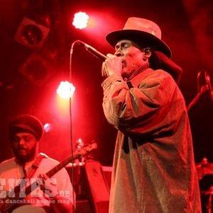 Akae Beka – Entschleunigung und Reduktion in Hamburg Vaughn Benjamin hat mit seiner Band Midnite konsequent über etliche Jahre eine oft sehr reduzierte, aber unglaublich präsente Form des Rootsreggaes zelebriert. […]