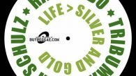 """Jah Schulz feat. Ras TimBo & Tribuman """"Live > Silver & Gold"""" – 7 Inch (Railroad Records/Buyreggae.com) Nach der sehr erfolgreichen 7 Inch """"Rise Up"""" vor einigen Monaten, deren Dubversion […]"""