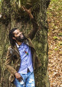 Colah Colah Pressefoto in Jacke an Baum