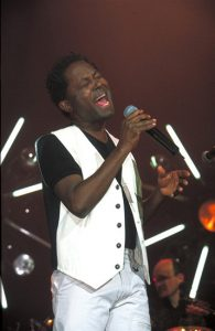 Lokua Kanza on stage (älteres Bild)