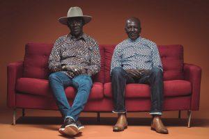 Touré Kunda auf einem knallroten Sofa