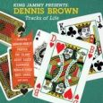 "Dennis Brown ""Tracks Of Life (King Jammy Presents)"" (Greensleeves – 2018) Dennis Browns Werk zu gedenken passiert immer wieder. DJs spielen seine Tracks, Sänger/innen covern seine Songs. Auf ""We Remember..."