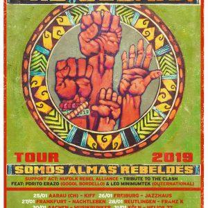 """Che Sudaka – Almas Rebeldes Tour 2019 """"Almas Rebeldes levaaaantense!"""" – auf Deutsch: """"Rebellische Seelen erhebt euch!"""". Diese Einladung dazu, alle Ängste hinter sich zu lassen, ist bereits zum Klassiker..."""