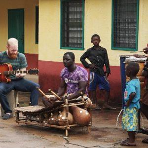 Isaac Birituro & The Rail Abandon Musik in einer globalisierten Welt Globalisierung wird unterschiedlich wahrgenommen. Mal negativ, vor allem dann wenn es um Profite von international agierenden Konzernen auf Kosten...