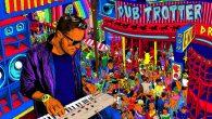 """Manudigital """"Dub Trotter"""" (X-Ray Production – 2020) Manudigital ist schon eine Weile im Business unterwegs. Immer wieder veröffentlicht er interessante Tunes und Alben. Über die Jahre hat sich jedoch etwas […]"""
