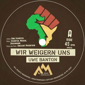 """Uwe Banton """"Wir weigern uns"""" – 7 Inch (Ancient Mountain Records – 2021) Roots Reggae mit deutscher Sprache oder überhaupt einer anderen Sprache hinzukriegen ist nicht leicht. Die Vibes sind […]"""